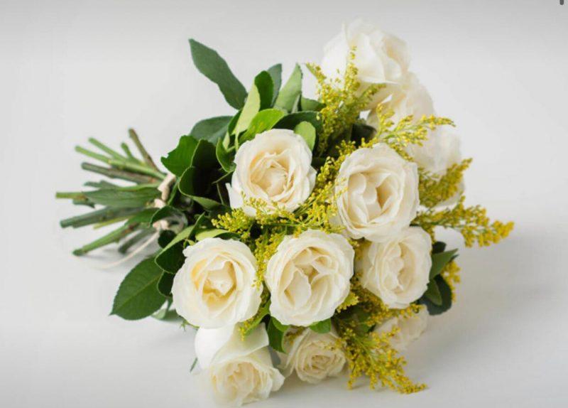 Buquê Com 12 Rosas Brancas