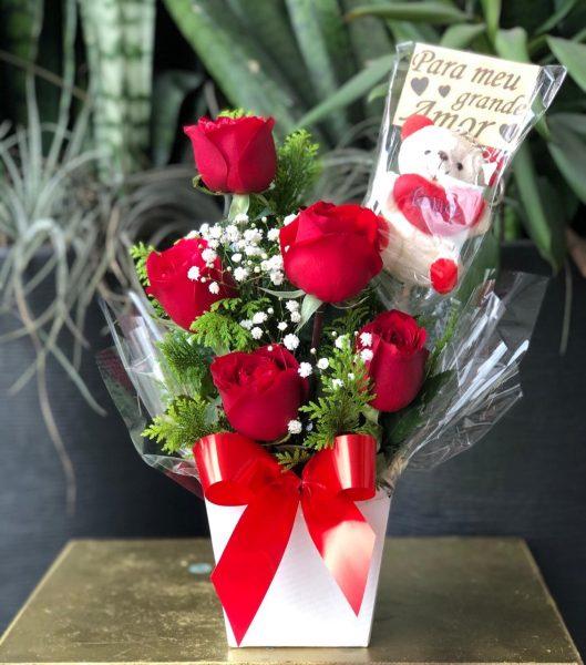 Arranjo Com 5 Rosas Vermelhas e Placa de Pelúcia